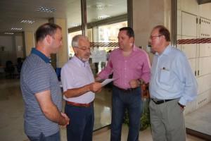 Los tres ediles entregan el manifiesto en la sede de la DGA. Foto JLP.