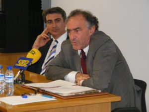 Santos Castro, director general de Relaciones Institucionales del Ministerio de Defensa, a la derecha, habló sobre el panorama estratégico 2009 . Foto A.H.