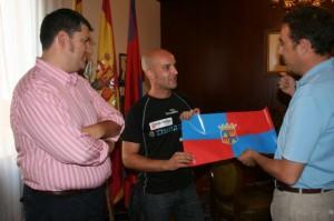 Palacín y Heras entregan el banderín de Monzón a Uclés. Foto S.E.