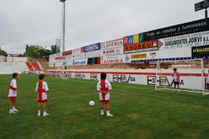 Los niños practican el lanzamiento de penalti. Foto JLP.