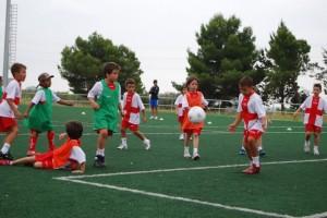Los niños y niñas juegan al fútbol juntos. Foto JLP.