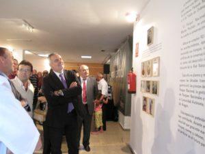 Cosculluela y Boné observan la exposición. Foto JLP.