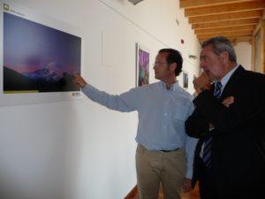 Viñuales enseña a Boné sus fotos. Foto S.E.