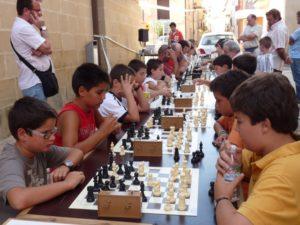 Niños y adultos meditan su jugada en Castillazuelo.