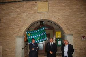 Cosculluela, Gracia, Lalueza ante el escudo y la bandera. Foto JLP.
