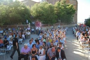 Alcaldes, en primera fila y asistentes a la despedida de El Pueyo. Foto JLP.