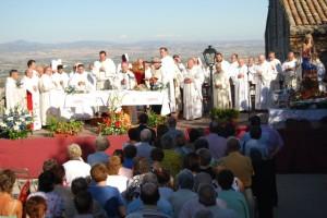 Misa multitudinaria celerbada en El Pueyo. Foto JLP.