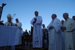 El Padre Juan y Molina en primer plano, reciben el aplauso de los sacerdotes. Foto JLP.