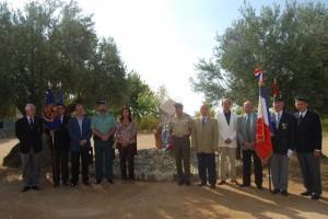 Autoridades civiles y miliates posan junto al monolito conmemorativo. Foto JLP.