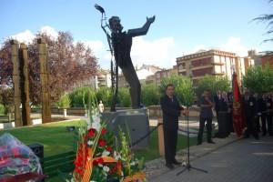 Fernando Heras en la ofrenda floral a Joaquín Costa. Foto JLP.
