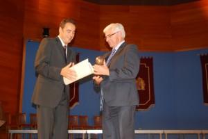 Fernando Heras entrega el galardón a Gonzalo Arguilé. Foto JLP.