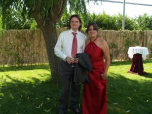 La pareja sonríe feliz en los jardines del restaurante momentos antes del banquete. Foto: Estela Puyuelo.
