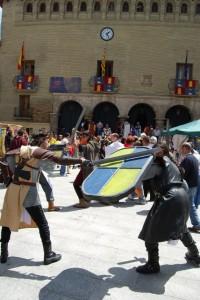 Recreación de una batalla en la Plaza Mayor de Monzón. Foto JLP.