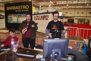 Dos internautas tocan la guitarra por ordenador. Foto JLP.
