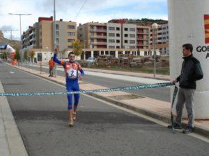 El ganador entrando en la meta. Foto Ronda Somontano.