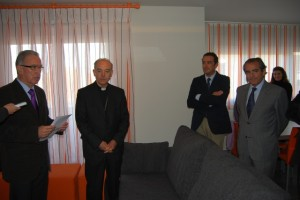 El obispo Milián inauguró el nuevo centro. Foto JLP.