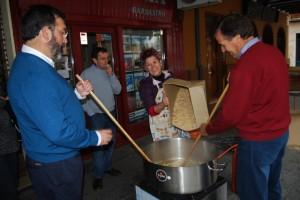 El capitán de la guardia civil y el alcalde cocinando migas. Foto JLP.