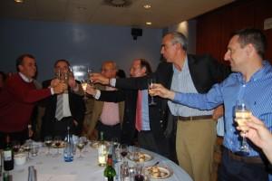 Los veteranos del Zaragoza brindan por la peña con las autoridades. Foto Estela Puyuelo.