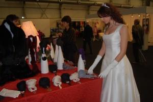 Una novia observa unas joyas. Foto JLP.