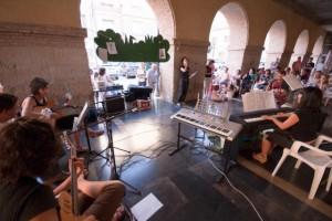 Actuación en los porches de Alcolea. Foto Ernesto Baringo.