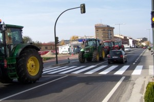 Los tractores cortaron la N - 240 en Monzón. Foto R.S.