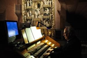 Alfredo Matus en el órgano de Torreciudad. Foto S.E.