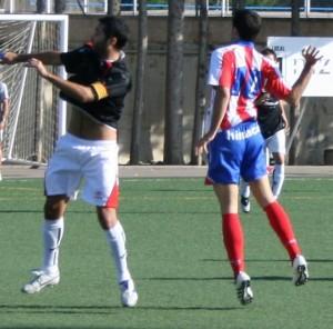 Barba pelea por un balón. Foto Carlos Marco.
