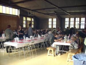 Un centenar de personas acudieron a la comida popular.
