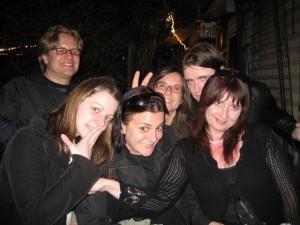 Mayte junto a Didier y algunos amigos. Foto S.E.