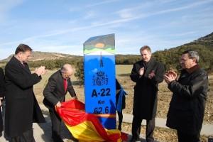 Morlán descubre el hito de la A - 22. Foto JLP.