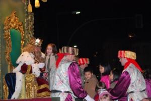 Gaspar recibe a los niños de Barbastro. Foto JLP.