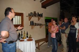 Mariano Lisa enseña a unos visitantes el Torno de Buera. Foto JLP.