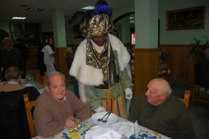 Baltasar conversa con unos ancianos en la residencia de las Hermanitas. Foto JLP.