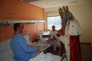 Melchor entrega un regalo a unos enfermos en el Hospital. Foto JLP.