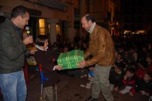 Ernesto Cancer entrega un regalo a una afortunada. Foto JLP.