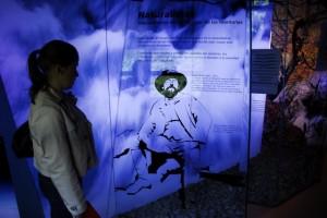 Un visitante observa un panel sobre Lucien Briet. Foto S.E.