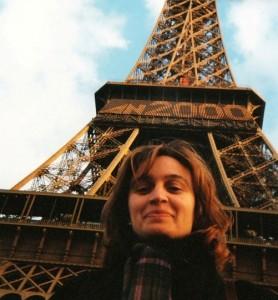 Elena Chazal junto a la torre Eiffel, uno de los escenarios de su novela. Foto: S.E.