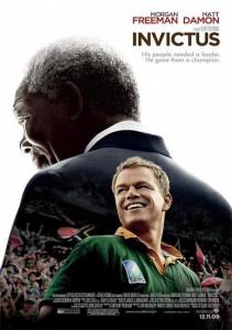 """Película basada en el libro de John Carlin """"El factor humano"""" (Playing the enemy: Nelson Mandela and the Game That Changed the World) y ambientada después de que Nelson Mandela saliera de la cárcel y se convirtiera en presidente de Sudáfrica. Poco después, en 1995, el país celebró el campeonato del mundo de rugby, tras años de ser excluidos de las competiciones debido al apartheid. Evento que Mandela (Morgan Freeman) impulsó y utilizó, con la ayuda de la estrella de rugby Francois Pienaar (Matt Damon), como vía para acabar con el odio y la desconfianza existente durante décadas entre la población blanca y negra del país. (FILMAFFINITY)"""