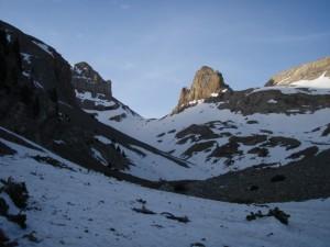 El valle de Lavasar con las agujas al fondo a la derecha.