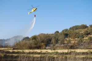 El helicóptero echa agua sobre la zona quemada. JLP.