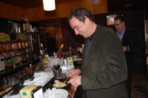 Fernando Heras, alcalde de Monzón, de tapeo. JLP.