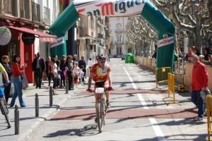 Un ciclista entra en la meta en la pasada edición. JLP.