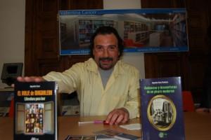 Agustín Faro con dos de sus libros. JLP.