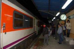 Pasajeros en la estación de Monzón.