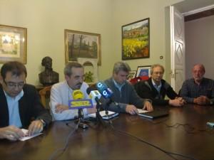 El concejal Deportes y los miembros del Club Aéreo de Barbastro. R.S.