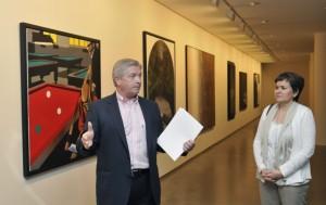 Visita a la exposición por parte de Elisa Sanjuán y el comisario.