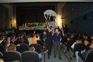 El público interactúa con los actores del colegio. JLP.