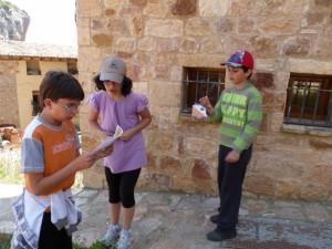 Los escolares tratan de orientarse en el casco de Alquézar. C.G.