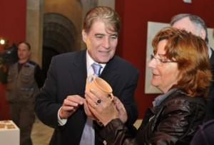 La consejera con el director del museo.