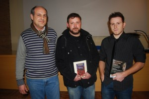 Antón Collada, en el centro, con la obra que obtuvo el accesit en el concurso de novela histórica. JLP.